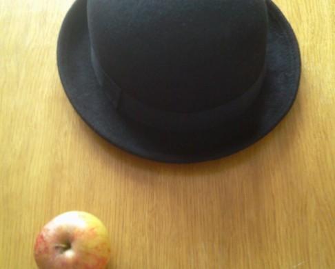 Hut und Apfel, Magritte