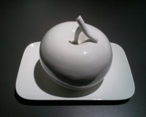 Ein Apfel aus Porzellan